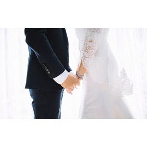 フリー写真, 人物, カップル, 結婚式(ブライダル), 二人, 花婿(新郎), 花嫁(新婦), タキシード, ウェディングドレス, 手をつなぐ