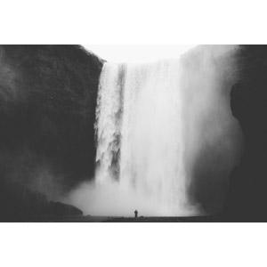 フリー写真, 風景, 滝, スコゥガフォス, アイスランドの風景, 人と風景, 後ろ姿, モノクロ