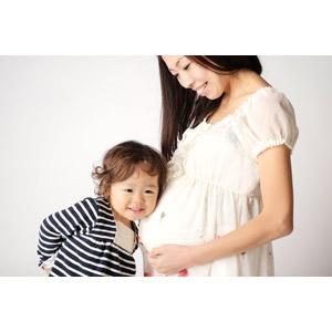 フリー写真, 人物, 親子, 母親(お母さん), 娘, 子供, 耳を当てる, 妊婦, 妊娠, 二人, 女の子(00014)