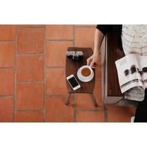 フリー写真, 人物, 女性, 飲み物(飲料), 紅茶, ティーカップ, スマートフォン(スマホ), カメラ, 雑誌, 座る(ソファー)