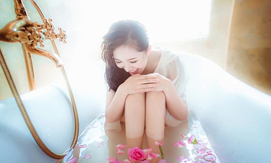フリー 写真バラ風呂に入って膝を抱える女性