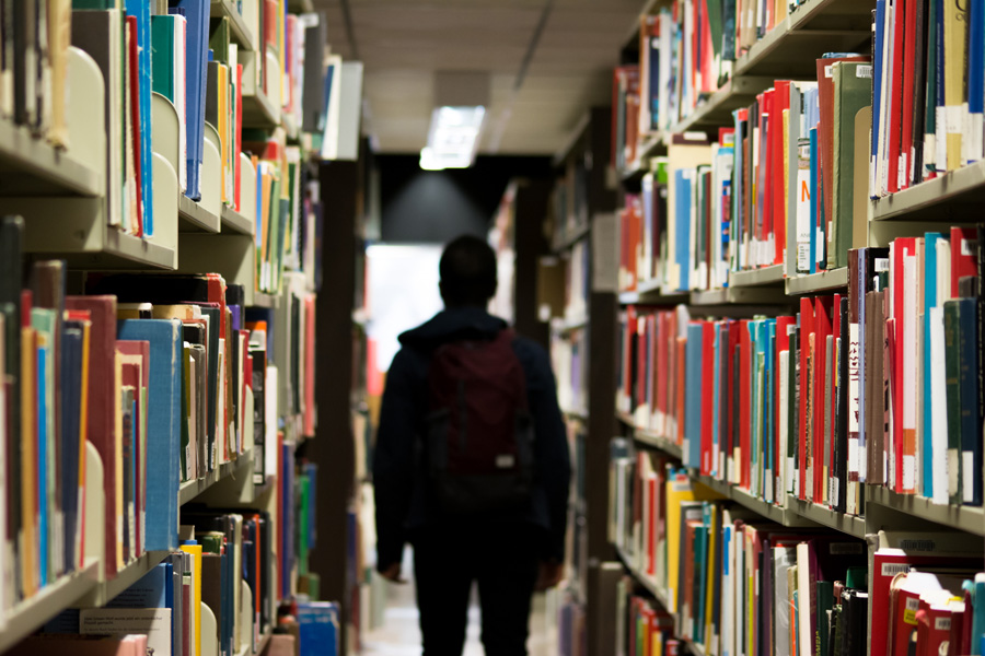 フリー 写真図書館の本棚と学生