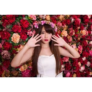 フリー写真, 人物, 女性, アジア人女性, 中国人, 欣欣(00001), 花, 人と花, 薔薇(バラ), ウェディングドレス, 花冠, 花嫁(新婦)