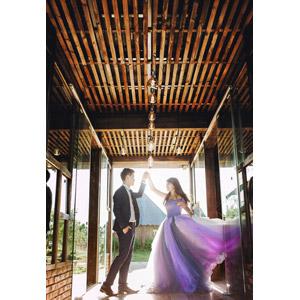 フリー写真, 人物, カップル, 花婿(新郎), 花嫁(新婦), 結婚式(ブライダル), 二人, タキシード, ドレス, 手を取る, 踊る(ダンス), 愛(ラブ)