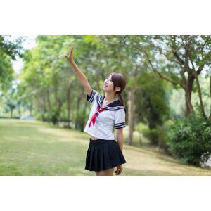 フリー写真, 人物, 女性, アジア人女性, 少女, アジアの少女, 中国人, 女性(00009), セーラー服(学生服), 学生服, 学生(生徒), 高校生, 手をかざす, 手を伸ばす