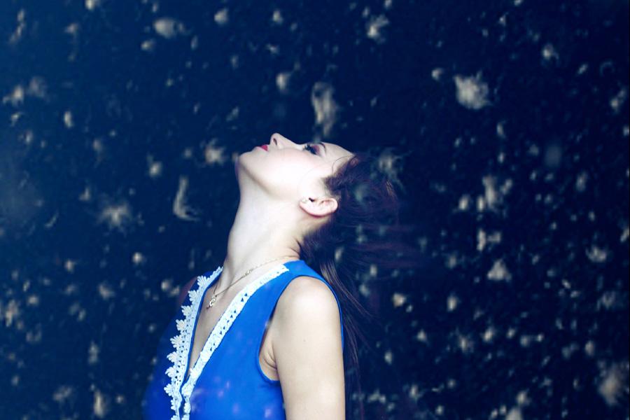 フリー 写真羽毛が舞う中で上を向く外国人女性
