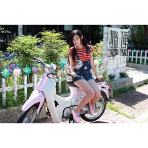 フリー写真, 人物, 女性, アジア人女性, 江滴滴(00013), 中国人, 乗り物, バイク(オートバイ), ホンダ・スーパーカブ, 人と乗り物, サロペット
