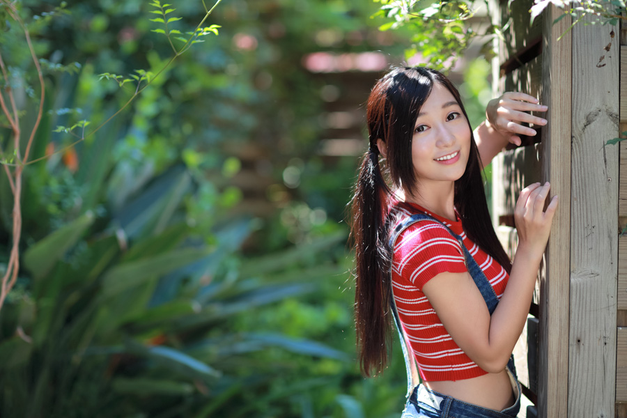 フリー 写真庭に立つ中国人女性のポートレイト