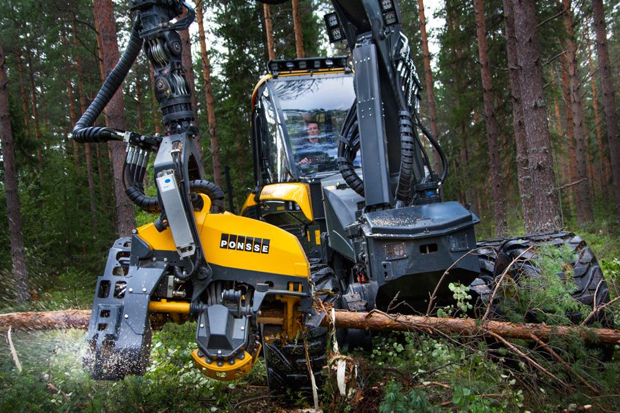 フリー 写真枝を切り払う林業用ハーベスター