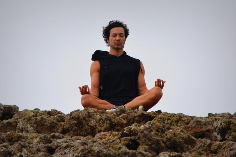 フリー 写真坐禅を組んで瞑想する外国人男性