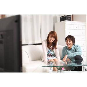 フリー写真, 人物, カップル, 恋人, 笑う(笑顔), 座る(ソファー), テレビ(TV), 二人, 女性(00023), 男性(00024)