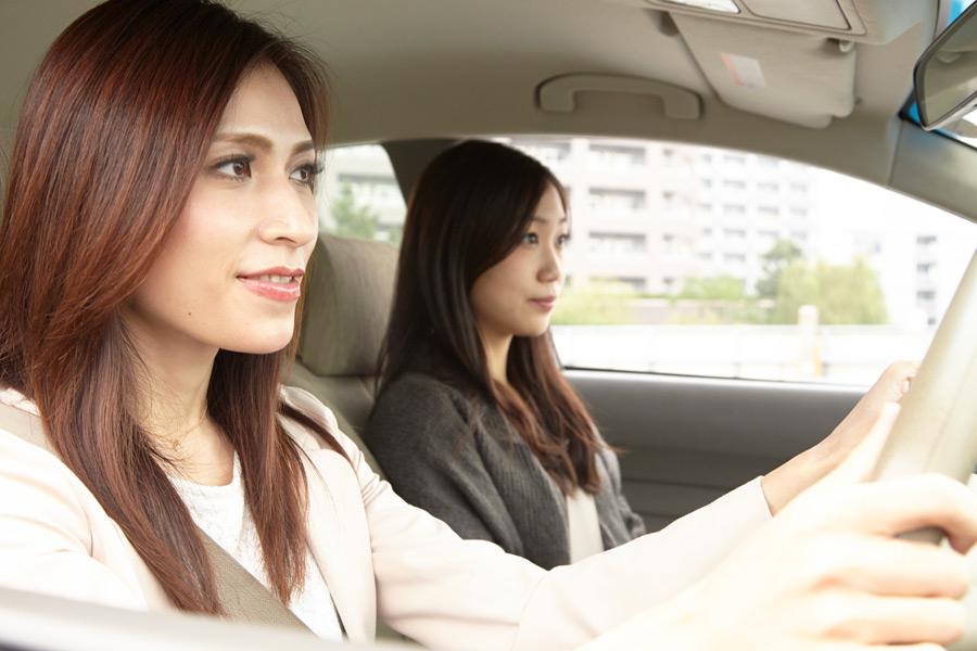 フリー 写真車に乗って出かける二人の女性