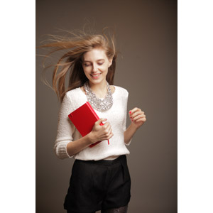 フリー写真, 人物, 女性, 外国人女性, 女性(00033), 髪がなびく, 日記帳, ネックレス, セーター(ニット), ショートパンツ