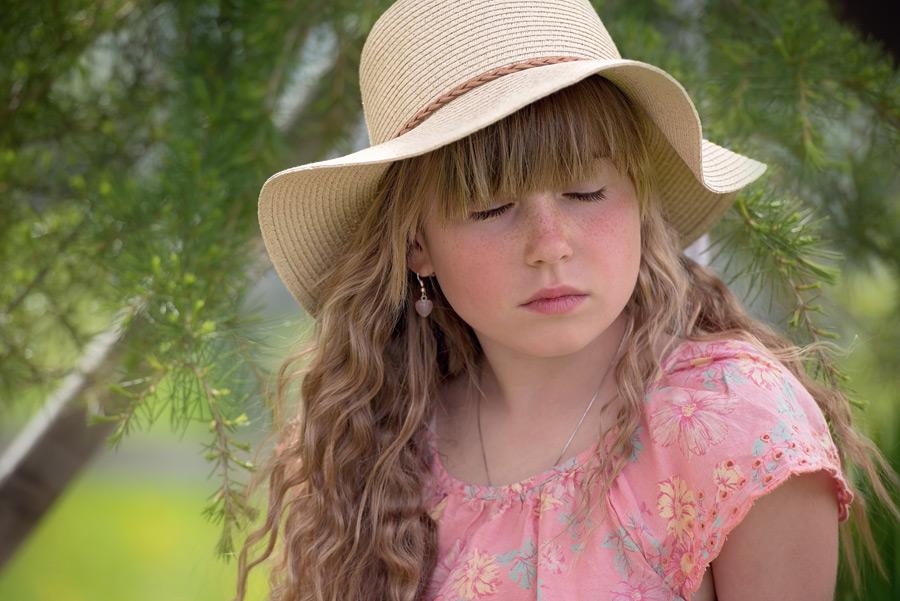 フリー 写真麦わら帽子を被って目を閉じる女の子