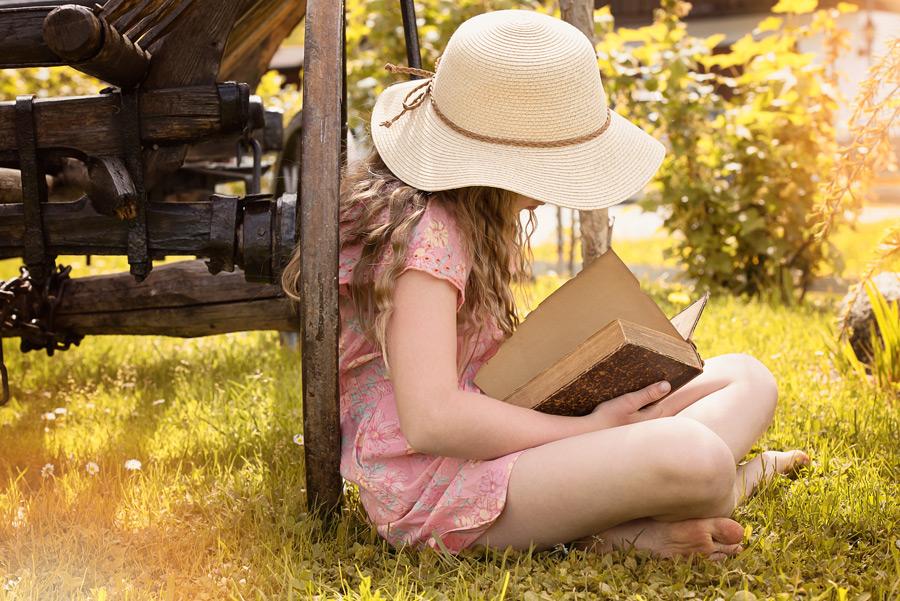 フリー 写真あぐらをかいて本を読む女の子