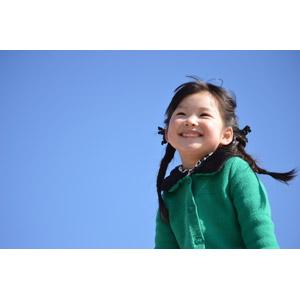フリー写真, 人物, 子供, 女の子, アジアの女の子, 日本人, 女の子(00035), 笑う(笑顔), ツインテール, 青空