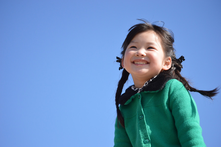 フリー 写真青空と笑顔の女の子