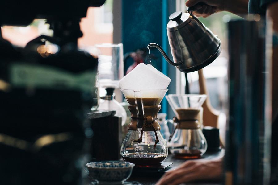 フリー 写真コーヒーをドリップしているカフェの風景