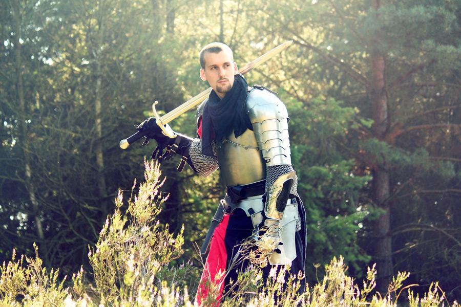 フリー 写真剣を肩に担ぐ騎士