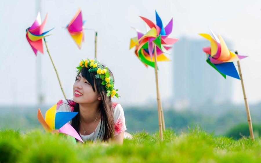フリー 写真かざぐるまと花冠をしている女性のポートレイト
