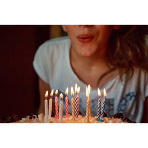 フリー写真, 人物, 女性, 外国人女性, 誕生日(バースデー), バースデーケーキ, ろうそく(ロウソク), 息を吹く