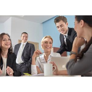 フリー写真, 人物, 集団(グループ), 職業, ビジネス, 仕事, ビジネスマン, ビジネスウーマン, サラリーマン, 会議(ミーティング), 笑う(笑顔), 仲間, メンズスーツ