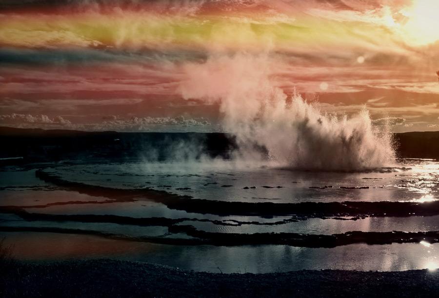 フリー写真 イエローストーンの噴き出す間欠泉の風景