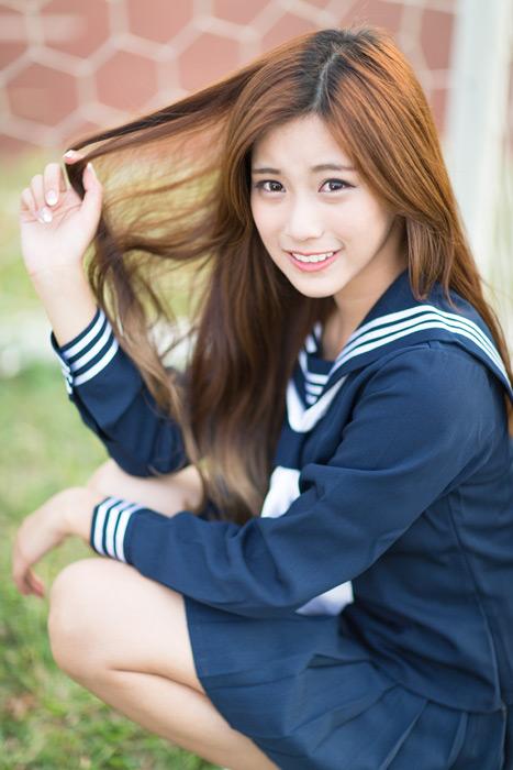 フリー写真 セーラー服姿で髪の毛に指を通す女子高生