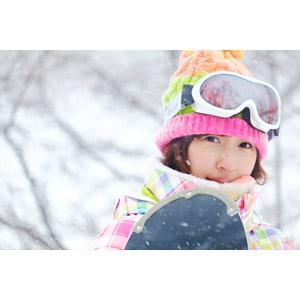 フリー写真, 人物, 女性, アジア人女性, 日本人, 女性(00043), スポーツ, ウィンタースポーツ, スノーボード(スノボー), 冬, レジャー, スノーボーダー, ニット帽, スノーゴーグル, 雪