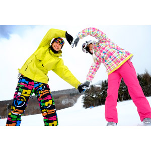 フリー写真, 人物, カップル, 恋人, 日本人, 女性(00043), 男性(00055), 冬, ハート, 体でハートを作る, スキー場, レジャー, 雪, 二人