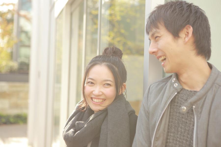 フリー写真 戸外で笑って話す日本人のカップル