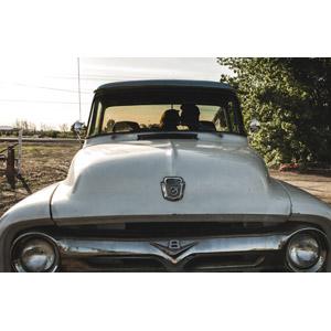 フリー写真, 乗り物, 自動車, 貨物車, ピックアップトラック, フォード, フォード・Fシリーズ, 人物, カップル, 恋人, キス(口づけ), 愛(ラブ), 人と乗り物