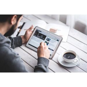 フリー写真, 人物, 男性, 外国人男性, 家電機器, パソコン(PC), タブレットPC, ネットサーフィン, 飲み物(飲料), コーヒー, コーヒーカップ