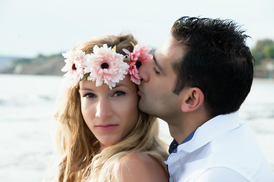 フリー写真 新婦のこめかみにキスをする新郎