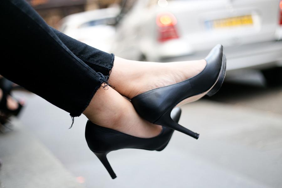 フリー写真 伸ばした女性の足とハイヒール