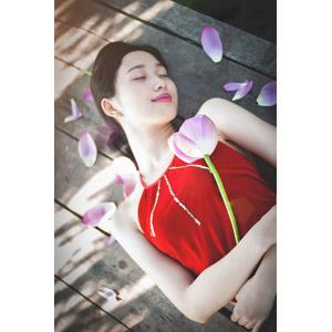 フリー写真, 人物, 女性, アジア人女性, ベトナム人, 人と花, 蓮(ハス), 寝る(寝顔), 寝転ぶ, 仰向け, 目を閉じる, 女性(00057)