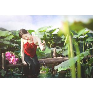フリー写真, 人物, 女性, アジア人女性, ベトナム人, 人と花, 蓮(ハス), 水しぶき, 女性(00057)