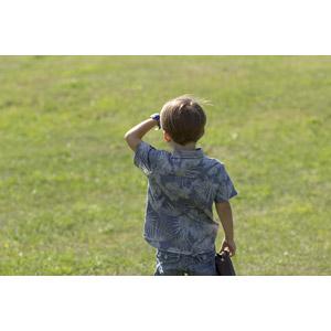 フリー写真, 人物, 子供, 男の子, 外国の男の子, 後ろ姿, 手をかざす, 眺める