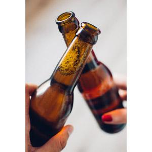 フリー写真, 飲み物(飲料), お酒, ビール, 瓶(ボトル), カップル