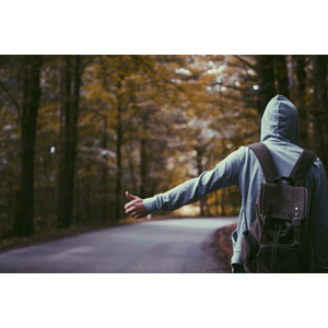 フリー写真, 人物, 人と風景, 道路, ヒッチハイク, パーカー, フード, リュックサック(ナップサック), 後ろ姿