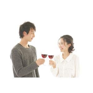 フリー写真, 人物, カップル, 恋人, 日本人, 女性(00037), 男性(00038), 二人, 飲み物(飲料), お酒, ワイン, 赤ワイン, ワイングラス, 乾杯, 向かい合う, 笑う(笑顔)