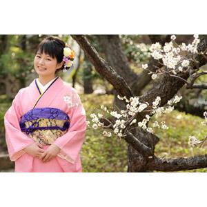 フリー写真, 人物, 女性, アジア人女性, 日本人, 女性(00047), 和服, 着物, 成人式, 正月, 1月, 梅(ウメ), 笑う(笑顔), 人と花