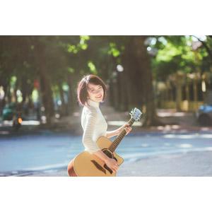 フリー写真, 人物, 女性, アジア人女性, ベトナム人, 女性(00068), アオザイ, 振り返る, ショートヘア, 音楽, 楽器, 弦楽器, ギター, アコースティックギター