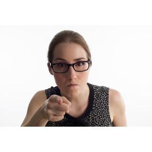 フリー写真, 人物, 女性, 外国人女性, 指差す, 手前を指す, 怒る, 眼鏡(メガネ), 白背景