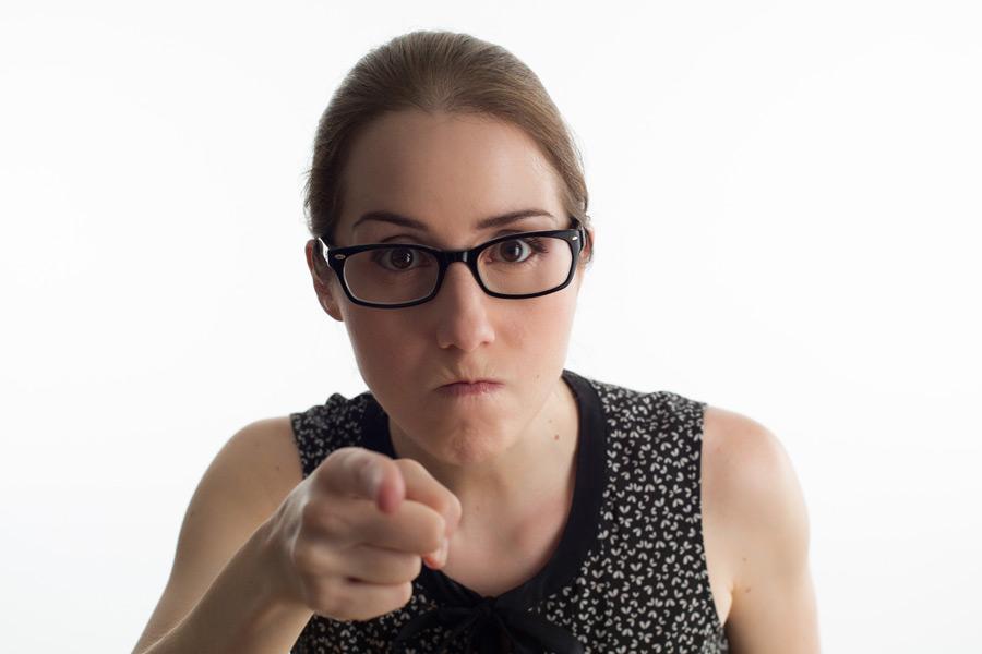 フリー写真 指差しながら怒る外国人女性のポートレイト