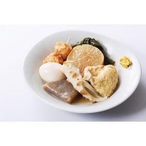 フリー写真, 食べ物(食料), 料理, 鍋料理, おでん, 冬, 日本料理, ゆで卵, こんにゃく(コンニャク), 昆布(コンブ), 大根(ダイコン), さつま揚げ, 竹輪(ちくわ), 餅巾着(もち巾着), からし