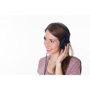 フリー写真, 人物, 女性, 外国人女性, 音楽鑑賞, ヘッドホン(ヘッドフォン), 音楽, 女性(00070), 白背景
