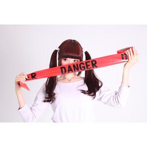 フリー写真, 人物, 女性, アジア人女性, 女性(00072), 日本人, ツインテール, 危険, バリケードテープ, 口元を隠す, 横目
