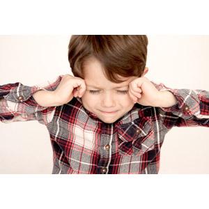 フリー写真, 人物, 子供, 男の子, 外国の男の子, 男の子(00073), こめかみに手を当てる, 困る, 混乱(パニック), 悩む