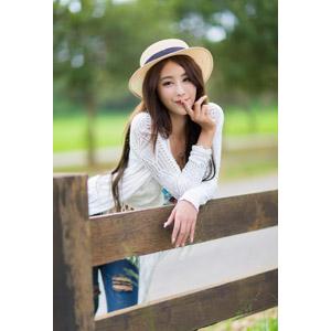 フリー写真, 人物, 女性, アジア人女性, 夏晴(00074), 中国人, 麦わら帽子, 唇に指を当てる, しーっ(静かに), 秘密(内緒)